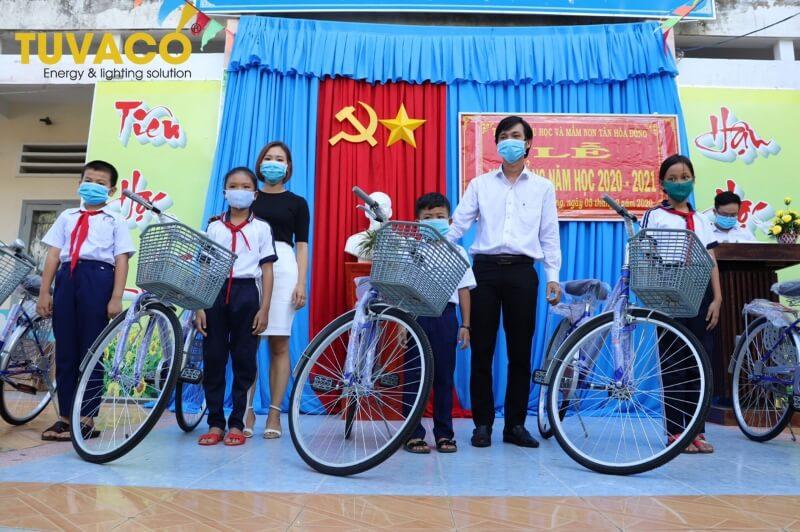 Tuvaco trao 30 chiếc xe đạp cho học sinh khó khăn