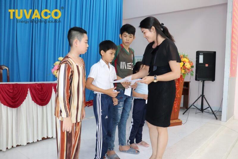 Tuvaco trao quà cho những học sinh có hoàn cảnh gia đình khó khăn
